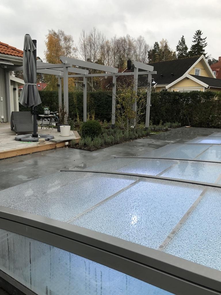 Poolmiljö - pool, keramiska plattor och lavendel i planteringar